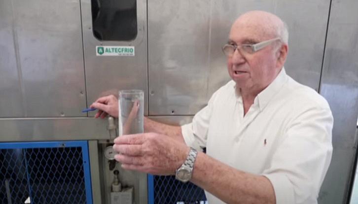 82-летний изобретатель создал аппарат, который извлекает воду из воздуха
