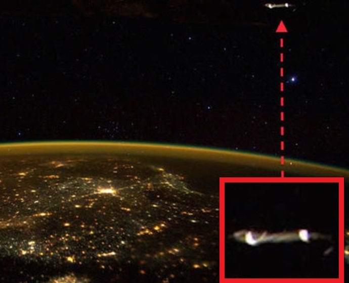 Астронавт сфотографировал из космоса НЛО (2 фото)