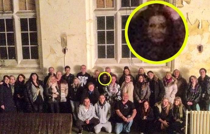 Фантом сфотографировался с группой охотников на привидений