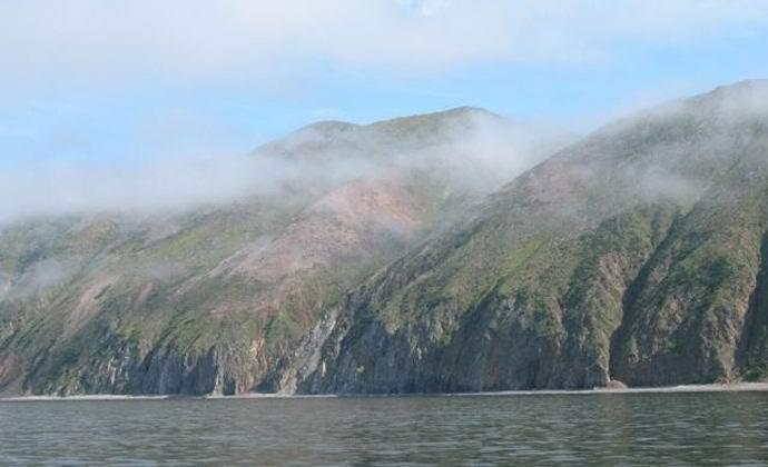 На российском острове проявился непонятный наскальный орнамент