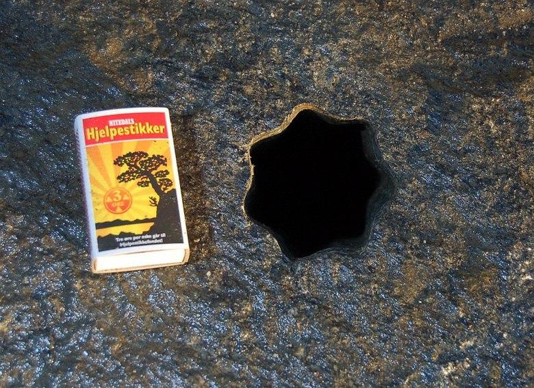 Загадочному отверстию в камне ученые не могут найти разумного объяснения (3 фото)