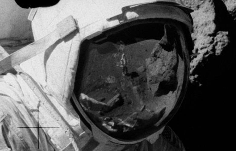 В отражении на шлеме астронавта обнаружили стоящего на Луне человека в джинсах и кроссовках
