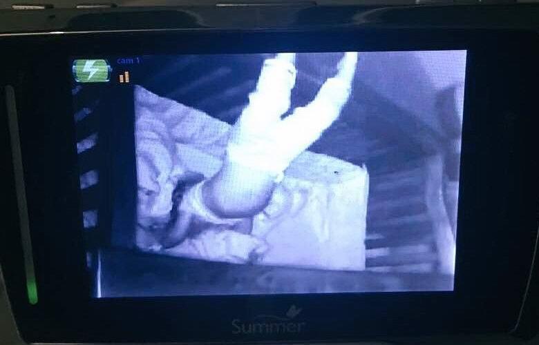 Спящий вниз головой младенец напугал няню