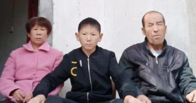 """В 34 года китаец выглядит как 6-ти летний: после удара головой мужчина перестал взрослеть"""" />"""