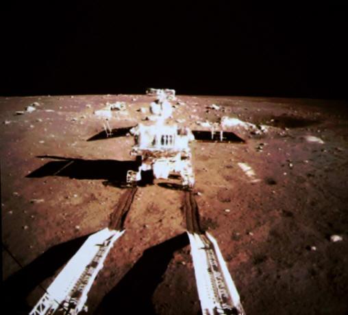 Китайский луноход раскрыл ложь американцев про цвет Луны