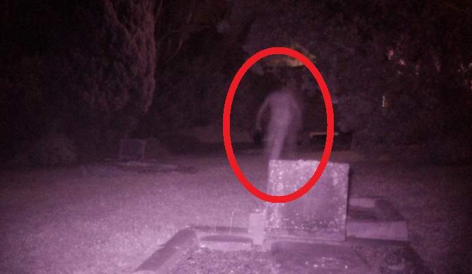 Призрачная фигура на австралийском кладбище