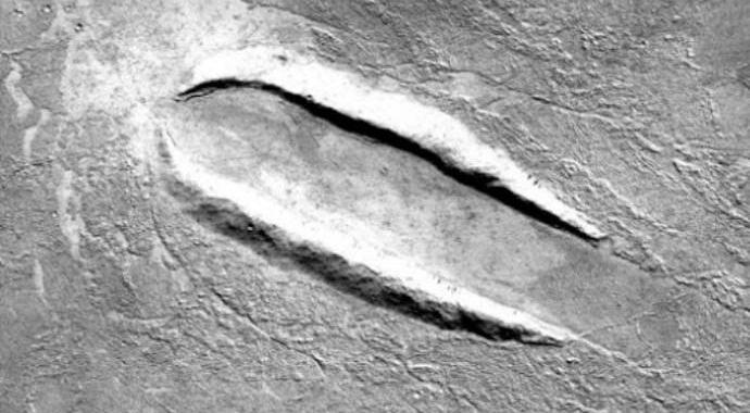 На Марсе обнаружили следы крушения летающей тарелки