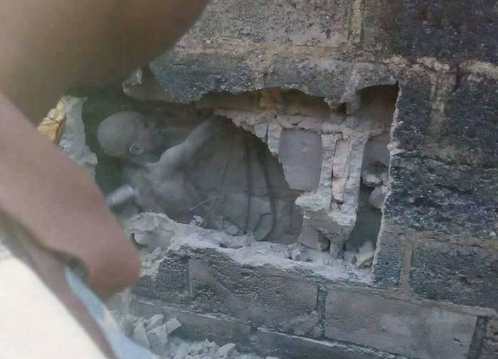 Подросток, заживо замурованный в стену (2 фото)