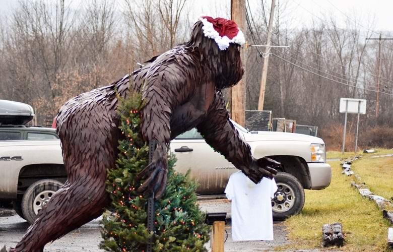Статуя бигфута в американском городке загадочным образом меняет свое положение