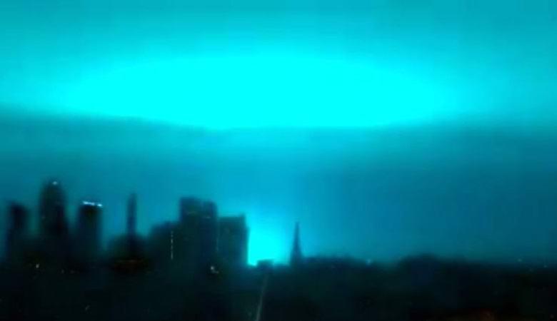 Яркое голубое свечение озарило ночное  небо над Нью-Йорком
