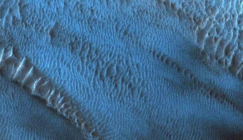 НАСА нашло на Марсе необычные синие пески