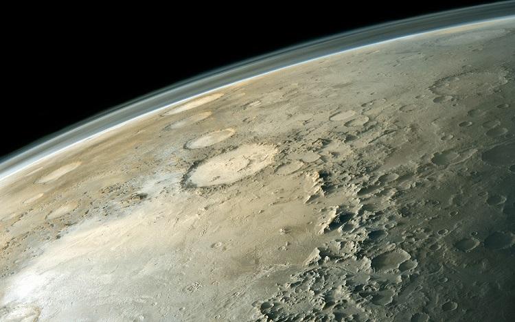 Y-образный объект заметили внутри лунного кратера